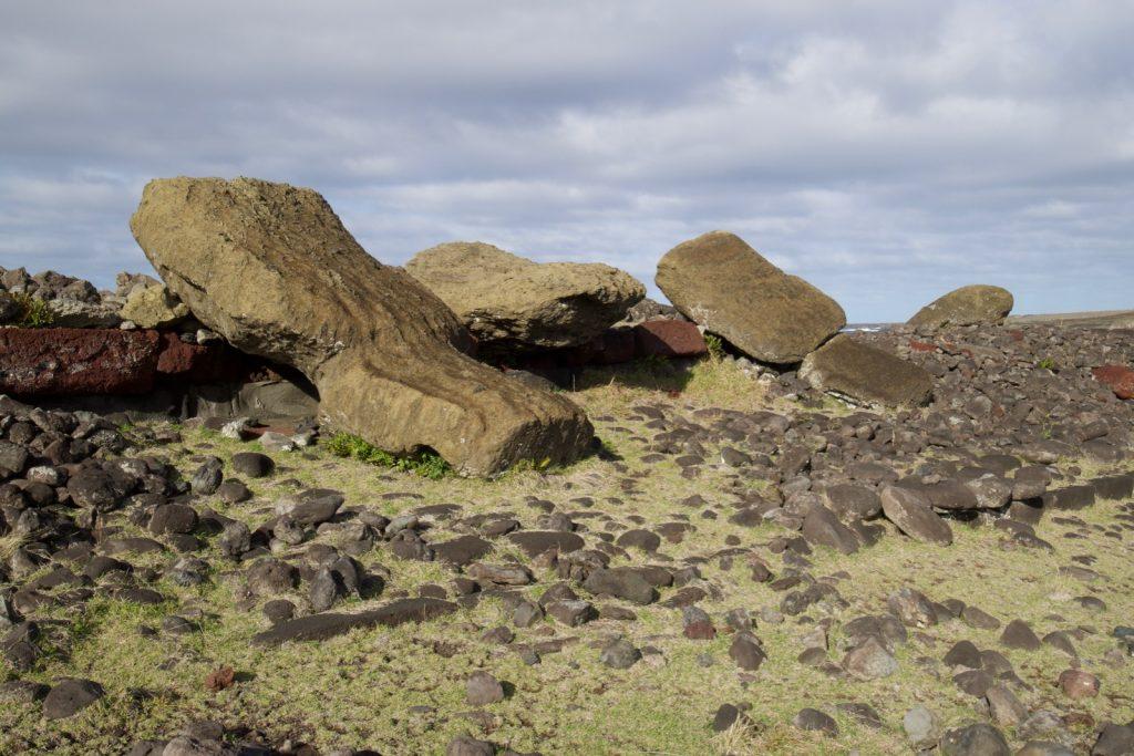 Umgestürzte Moai