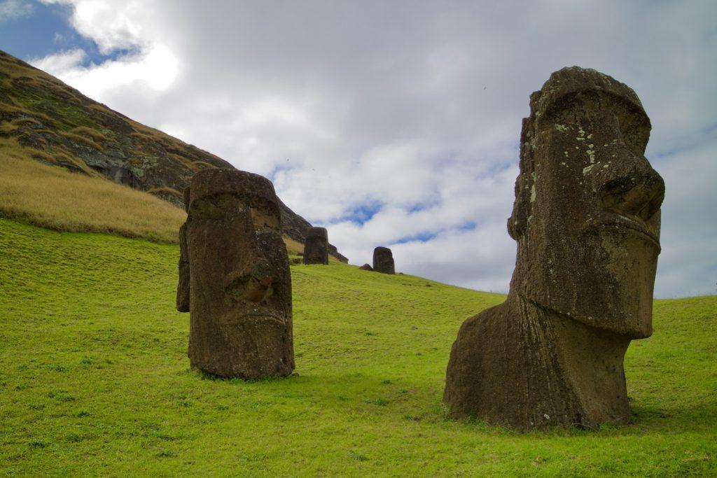 Moai zum Teil vergraben