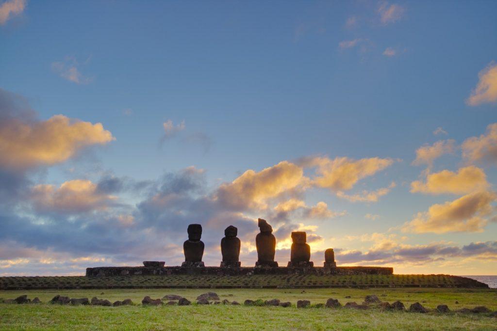 Moai bei Sonnenuntergang